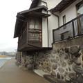 Photos: 川石の石垣と民家