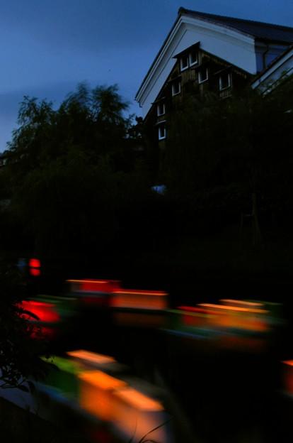 写真: 蔵と流灯