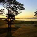写真: 都会の浜の落日
