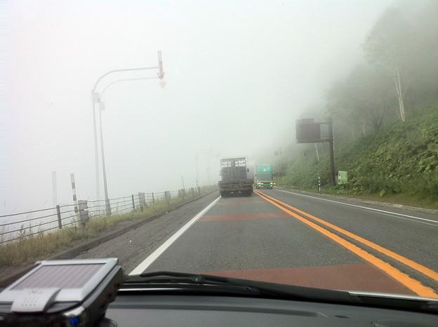写真: 日勝峠は濃霧