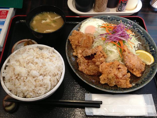 写真: 定食や平和通店 鳥から定食麦飯中盛