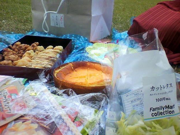写真: 色とりどりのおかず、ケーキ、そしてカットレタス