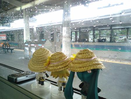 辰野駅に停車。ここから(JR東海)飯田線です。 リン:「え、立つ...
