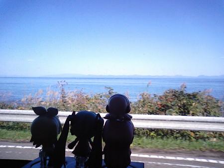 桑畑付近。 ミク:「あ、あの対岸は北海道の恵山岬ですね!!」 ル...