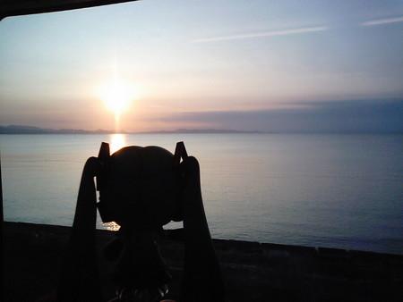 陸奥横浜→野辺地間、吹越付近。陸奥湾に沈みゆく夕日。 ミク:「……