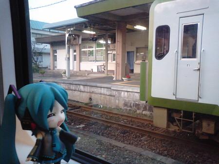 野辺地駅に停車。進行方向が逆になり、青い森鉄道線に乗り入れます。