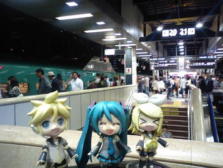 ミク:「みっくみく新幹線、無事に東京駅に到着でぇーす♪」 リン:...