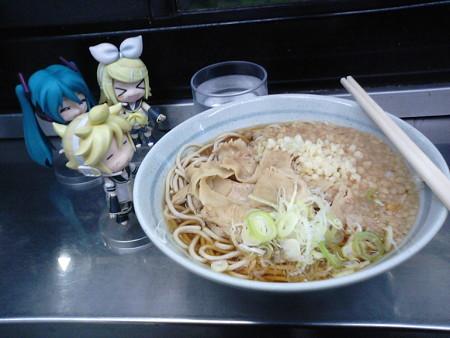上野駅で朝食に蕎麦ひっかけなう。 レン:「……んはぁ~、いい匂ひ...