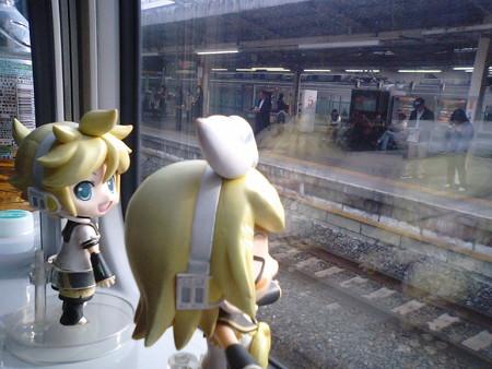 久喜駅に停車。 リン:「この街はラジオ体操が盛んなのよ」 レン:...