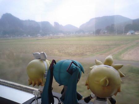 大平下→岩船間。 リン:「これぞ日本の田舎の風景よね♪」