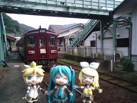 水沼駅に到着しました!! 駅舎が丸ごと温泉入浴施設になってます。...
