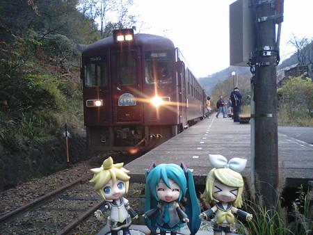 間藤駅に到着! ミク:「わたらせ渓谷線の終点でーす♪」 レン:「...