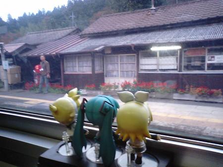 神戸(ごうど)駅に停車。 リン:「神戸ー、泣いてどぅーなるのかぁ...