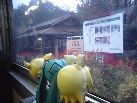 上神梅駅に停車。駅舎は築100年悠余年だそうです。