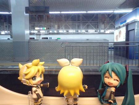 博多駅に3分遅れで停車。 レン:「ここから九州新幹線だよ!!」 ミ...