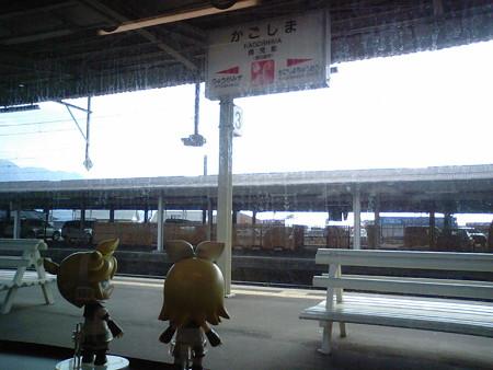 鹿児島駅に停車。 レン:「本当はこっちが県庁所在地駅のはずなのに...