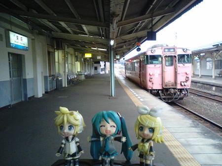 東萩駅に、25分停車。発車は 8:55です。対向列車いないのに、こんなに長...