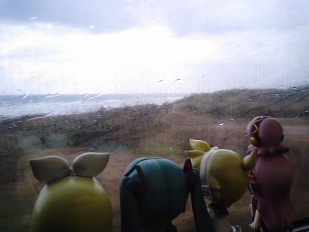 江津→温泉津間。車窓はいきなり大雨になってきました。 ミク:「冬...