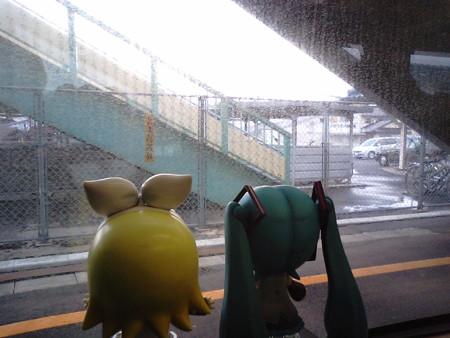 直江駅に停車。 リン:「菊池直江さんのふるさとー♪」 ミク:「誰だ...