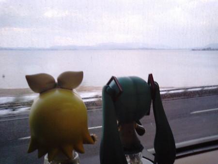 来待→玉造温泉間。 ミク:「これは中海っていう湖ですね」 リン:「...