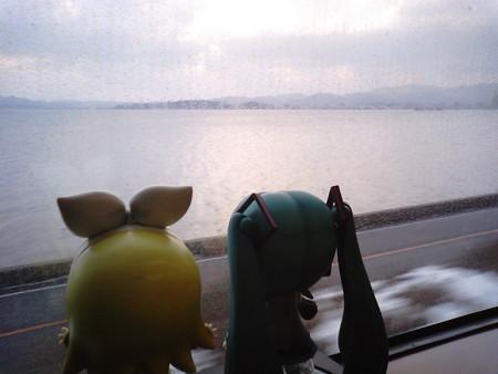 玉造温泉→乃木間。ミクさん、これは宍道湖といって、淡水湖なんだよ...