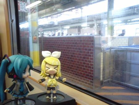 松江駅に停車。特急「やくも」待ち10分です。 リン:「わたし待ー...