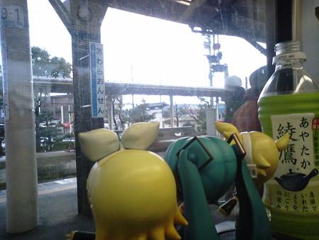 芦原温泉駅に停車。なんかドス黒く曇ってきて、しとしと雨が降ってま...