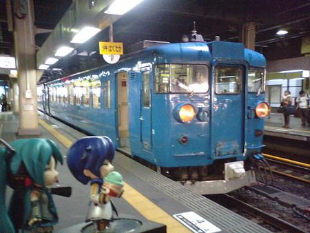 ミク:「富山行きは、475系電車3両です」 兄:「おぉー、やるじゃん青...