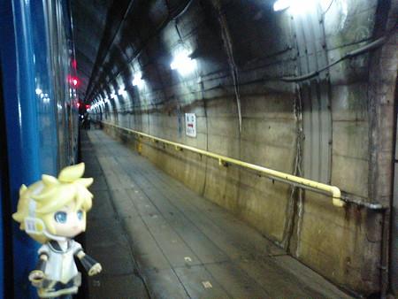 筒石駅に停車。長大な頸城トンネル内の中間にある、地下鉄みたいな駅...