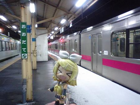 大館駅に到着。次の青森行き普通列車は、48分待ちです。