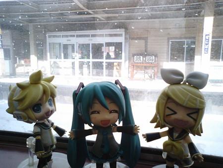 銭函駅に停車。 リン:「お金がザックザクの駅ぃー♪♪」 ミク:「今...