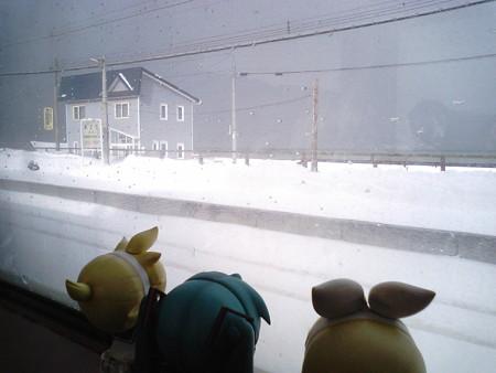 朝里駅に停車。 リン:「え、アサリのふるさと?!」 レン:「んなこ...