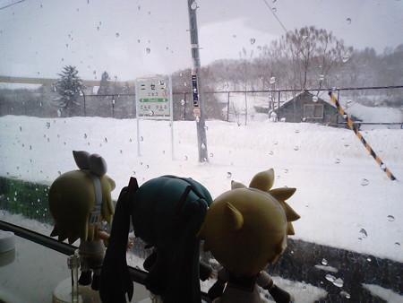 ニセコ駅に停車、3分遅れ。 ミク:「また雪降ってきましたね」 レン...