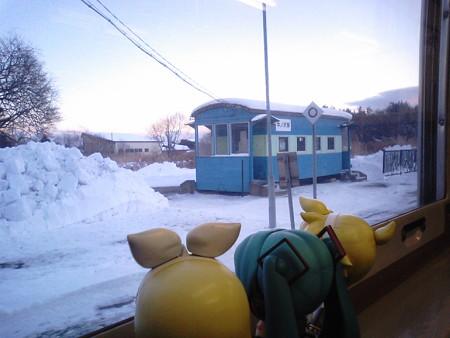 中ノ沢駅に停車。 リン:「この貨車改造の待合室、まだあちこちにい...