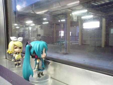 浅虫温泉駅に停車、10分遅れ。後から来る快速が先に発車……となる...
