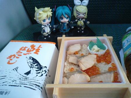 ボックス席だからこそ、ここでお昼ご飯タイム♪ 盛岡駅で買った「鮭...