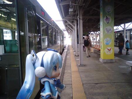 一ノ関駅に到着。 雪ミク:「34分待って、次は仙台行きですね」