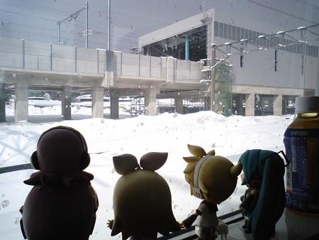 木古内駅に停車、55分遅れ。 ミク:「新幹線駅がだいぶ出来てきま...