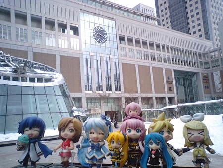 雪ミク:「札幌駅に到着ですよ♪」 ルカ:「さて、まずは大きな荷物を...