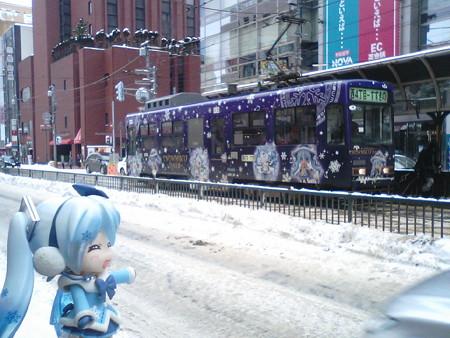 雪ミク:「来ましたぁー♪ 魔女っ子雪ミク電車でぇーす!!」