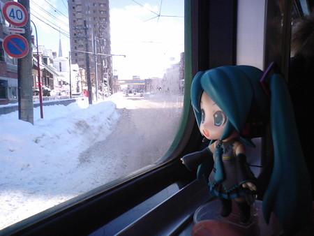ミク:「電車事業所前で、電車は左折して、東に向きを変えます」