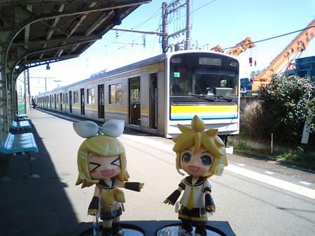 リン:「折り返しの電車、来たよ!」 レン:「これ逃すと、2時間待ち...