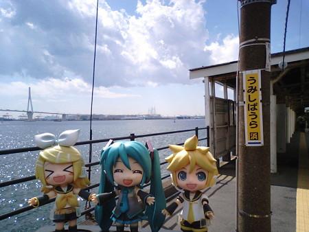 リン:「海芝浦駅ついたー♪」 ミク:「うみいみいみ海海海ー!!!」...