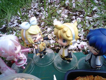 桜ミク:「……あっ!」 リン:「あッ!! レンきゅんの頭!」 レン...