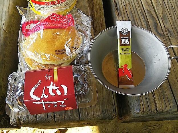 121022 1129 パンと燻製玉子とコーヒー