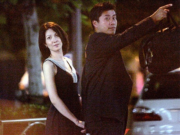 細野豪志とモナ仲良く手を繋いでタクシーでラブホテルへこれ不倫です