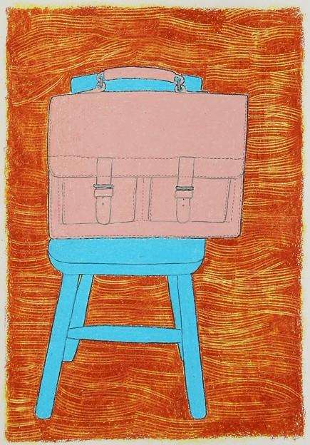 青い椅子の上の鞄