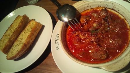ガーリックブレッドとスペアリブトマトソース煮込み