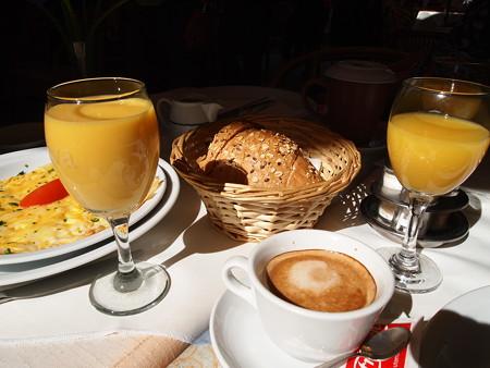 トーストとオレンジジュースと