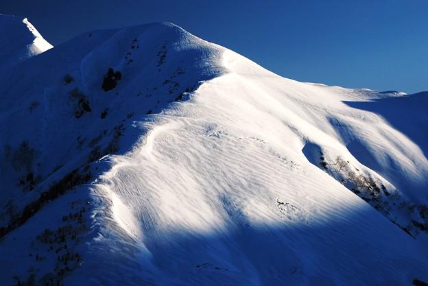 朝日を浴びた奥大日岳へ続く稜線